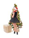 Schöne blonde lächelnde Frau und der Weihnachtsbaum Lizenzfreies Stockfoto