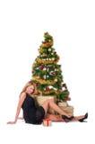 Schöne blonde lächelnde Frau und Weihnachtsbaum Lizenzfreie Stockfotografie