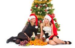 Schöne blonde lächelnde Frauen mit chrismas Baum Stockfotografie