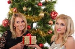 Schöne blonde lächelnde Frauen mit Geschenkbox Lizenzfreies Stockfoto