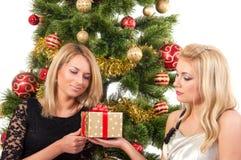 Schöne blonde lächelnde Frauen mit Geschenkbox Stockfotografie