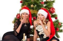 Schöne blonde lächelnde Frauen mit Weihnachtsbaum Stockbilder