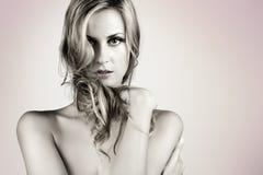 Schöne blonde lange Haarfrau Lizenzfreie Stockfotografie