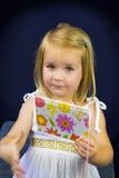 Schöne blonde Lesung des kleinen Mädchens Stockfotos