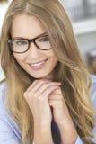 Schöne blonde Mädchen-Frauen-tragende Gläser Stockfotografie