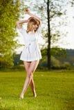 Schöne blonde Mädchenaufstellung Lizenzfreie Stockfotos