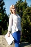 Schöne blonde Mädchenaufstellung Lizenzfreies Stockfoto