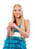 Schöne blonde Mädchenspiele mit dem Haar Stockbilder