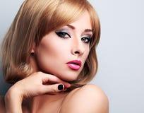 Schöne blonde Make-upfrau mit der kurzen Frisur, die sexy schaut Lizenzfreies Stockfoto