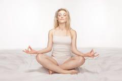 Schöne blonde meditierende Frau Stockbild