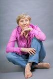 Schöne blonde modische ältere Dame Stockbilder