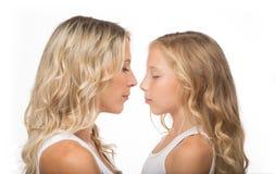 Schöne blonde Mutter und ihre Tochter zusammen Lizenzfreie Stockfotografie