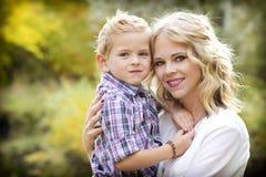 Schöne blonde Mutter und nettes Sohn Portrait Stockbild