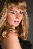 Schöne blonde Nahaufnahme auf dunklem Hintergrund Lizenzfreie Stockbilder