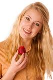 Schöne blonde nette kaukasische Frau isst ein großes rotes strawber Lizenzfreies Stockbild