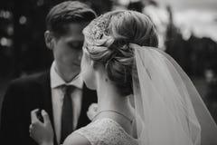 Schöne blonde Paare in der Parkreserve Lizenzfreies Stockbild