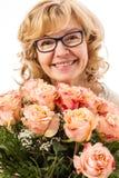 Schöne, blonde reife Frau mit Rosen Stockfotografie