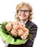Schöne, blonde reife Frau mit Rosen Lizenzfreie Stockfotos
