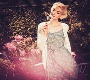 Schöne blonde Retro- Frau Lizenzfreie Stockfotos