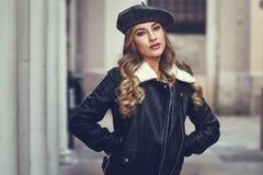 Schöne blonde russische Frau im städtischen Hintergrund Lizenzfreie Stockfotografie