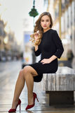 Schöne blonde russische Frau im städtischen Hintergrund Lizenzfreies Stockfoto