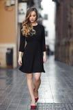 Schöne blonde russische Frau im städtischen Hintergrund Stockfoto