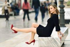 Schöne blonde russische Frau im städtischen Hintergrund Lizenzfreies Stockbild