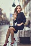 Schöne blonde russische Frau im städtischen Hintergrund Stockfotos