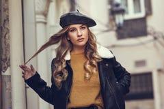 Schöne blonde russische Frau im städtischen Hintergrund Stockfotografie
