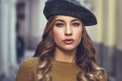 Schöne blonde russische Frau im städtischen Hintergrund Lizenzfreie Stockbilder