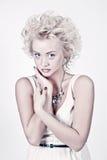 Schöne blonde Schönheit mit Vorlage bilden Stockbild