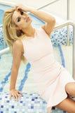 Schöne blonde Schönheitsaufstellung Lizenzfreies Stockbild