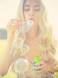 Schöne blonde Schlagblasen Stockbild