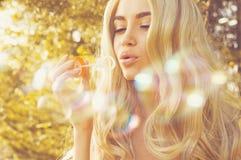 Schöne blonde Schlagblasen Lizenzfreie Stockfotografie