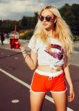Schöne blonde sexy Frau, die ein Sommergetränk genießt Lizenzfreies Stockbild