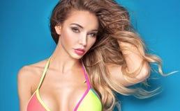 Schöne blonde sexy Frau im Bikini Lizenzfreie Stockbilder