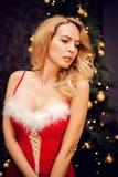 Schöne blonde sexy Frau im roten Weihnachtskleid Stockfoto