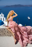 Schöne blonde sexy Frau mit den langen Beinen in einem weißen weending Kleid des Ballkleides Stockfotografie