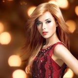 Schöne blonde sexy Frau mit Langhaarfrisur Lizenzfreie Stockfotografie