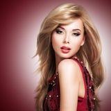 Schöne blonde sexy Frau mit Langhaarfrisur Stockfotos