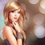 Schöne blonde sexy Frau mit Langhaarfrisur Stockbild