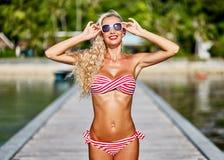 Schöne blonde sexy Frauenaufstellung der Junge recht im Freien nahe Lizenzfreies Stockbild