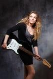 Schöne blonde spielende Gitarre Lizenzfreies Stockfoto