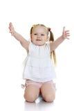 Schöne blonde Stände des kleinen Mädchens Lizenzfreie Stockfotografie