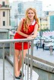 Schöne blonde Stellung auf einem Balkon Lizenzfreie Stockbilder