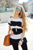 Schöne blonde tragende Sonnenbrille der jungen Frau Stockfotografie