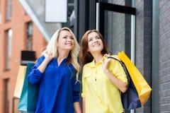 Schöne blonde und des Brunette shopaholic Frauen Stockfotografie