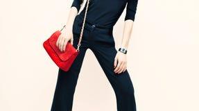 Schöne blonde vorbildliche klassische schwarze Art mit rotem modernem c Stockfoto