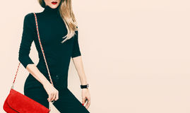 Schöne blonde vorbildliche klassische schwarze Art mit rotem modernem c Stockbild