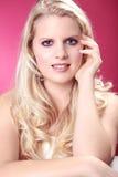 Schöne blonde wellnes Frau entspannt sich Stockbild